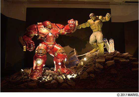 ホットトイズ社製の実物大フィギュア「ハルクvsハルクバスター」[マーベル展 時代が創造したヒーローの世界]