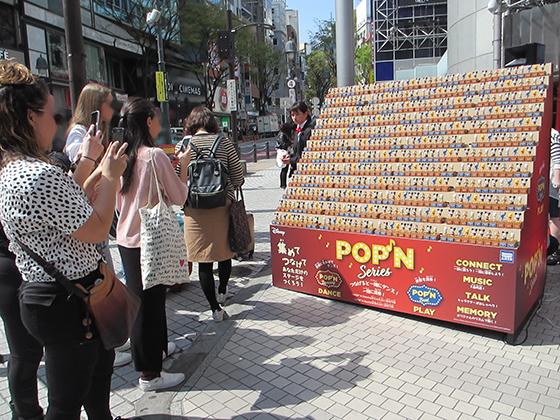 POP'Nシリーズ発売記念イベントを撮影する人たち